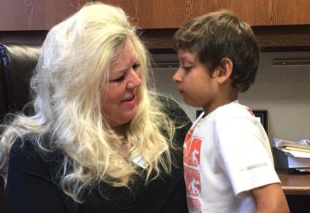 Robyn Dawson con un niño de la escuela