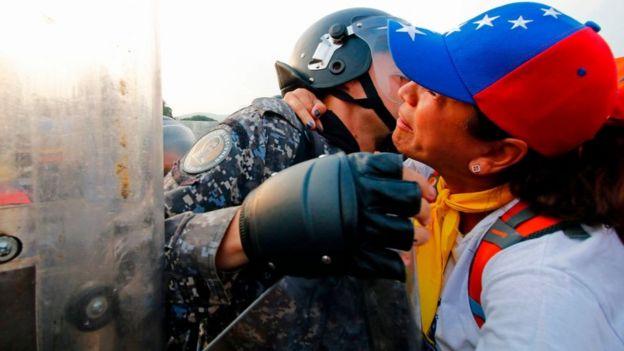 Una mujer abraza a un soldado venezolano