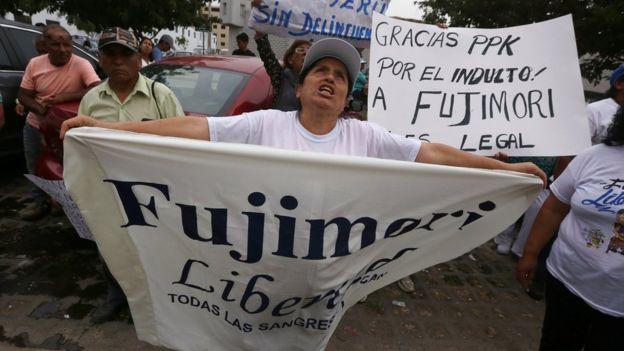 """Manifestante con una pancarta que dice """"Fujimori Libertad""""."""