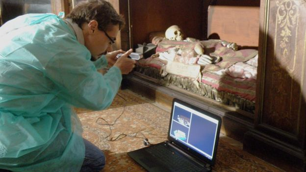 El italiano Luca Bezzi fotografía el cráneo atribuido a San Valentín.