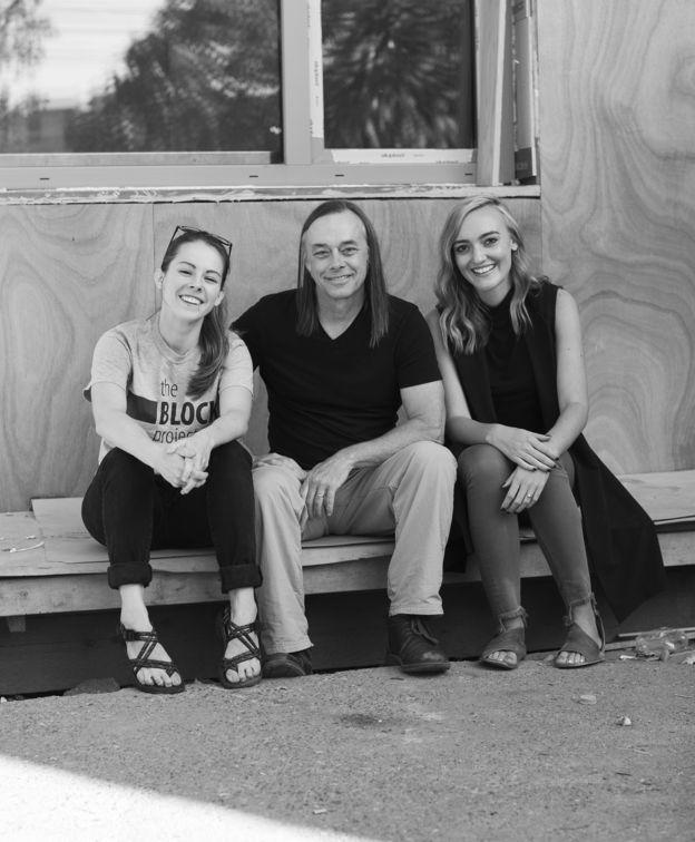 O arquiteto Rex Hohlbein (C) criou o Block Project em Seattle ao lado da filha, a também arquiteta Jenn LaFreniere (E), na foto com Sara Vander Zanden (D). A ideia do projeto é envolver a comunidade inteira e, no futuro, instalar em cada quarteirão da cidade uma microcasa para abrigar alguém que vivia como sem-teto.