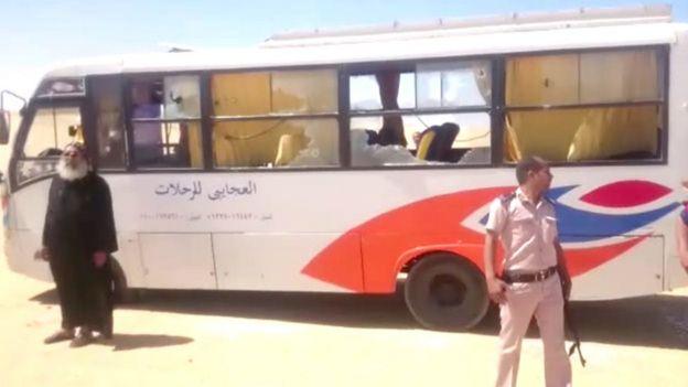 الحافلة وأمامها قس ورجل أمن