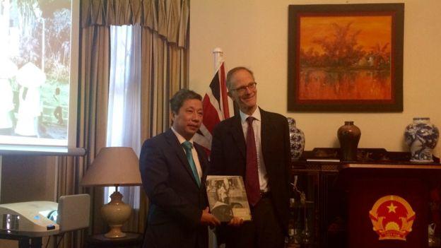 Ông John Ramsden và Đại sứ Việt Nam Trần Ngọc An