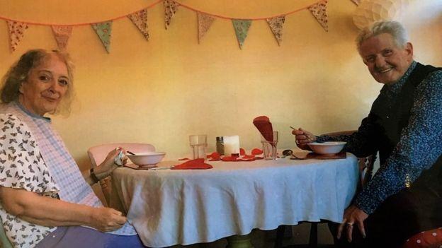Jane e Chris comemoram o Dia dos Namorados na casa de chá da Robert Harvey House