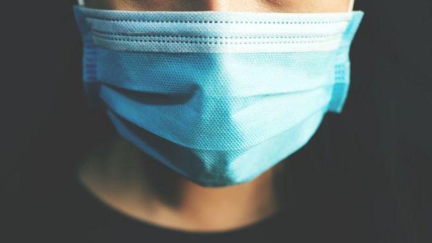 Pessoa usando máscara