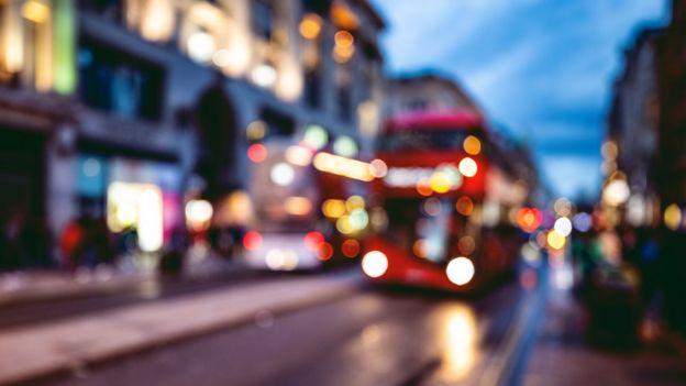 Un autobús al atardecer en Londres
