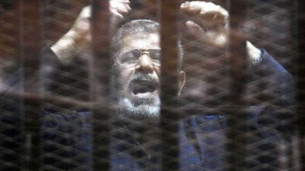 وفاة محمد مرسي: ماذا نعرف عن ظروف سجنه؟