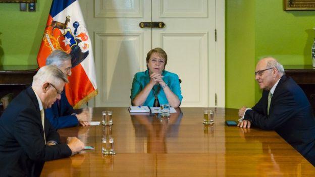 Alfonso Silva, coagente de Chile ante la Haya; Heraldo Muñoz, Michelle Bachelet y Claudio Grossman en una reunión en 2017.