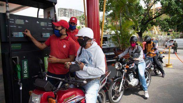 Los venezolanos están acostumbrados a no pagar prácticamente nada por la gasolina