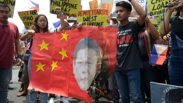 Người dân Phillippines biểu tình trước cửa đại sứ quán Trung Quốc hôm 13/8, nhân kỷ niệm ngày Tòa trọng tài của LHQ ra phán quyết về Biển Đông