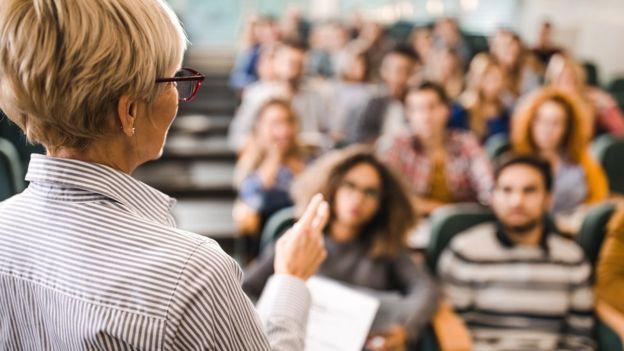 Escuela, profesor enseñando a alumnos.