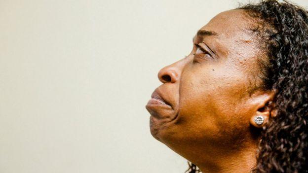 Andrea Rios llorando por la muerte de su esposo.