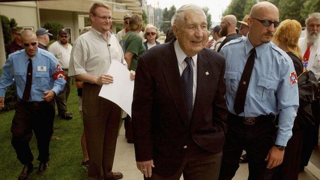 Richard Butler (centro) en la Convención Mundial del grupo Naciones Arias en Coeur d'Alene, Idaho, en 2004.