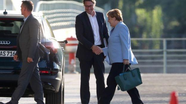 Merkel durante reunião sobre emissões de diesel de veículos alemães, em 24 de junho