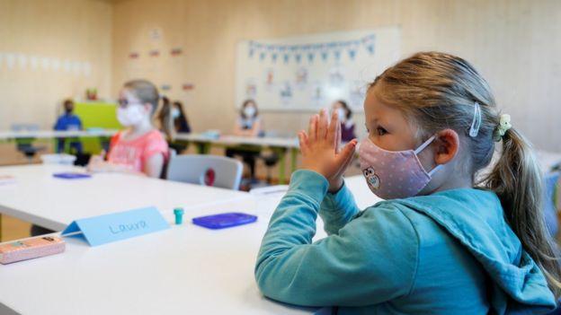 Niñas con mascarilla en un aula en Austria