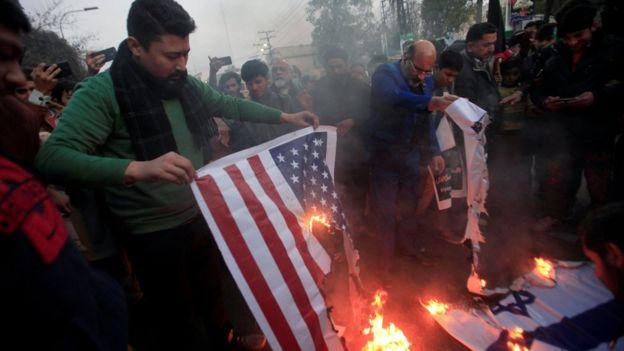 آتش زدن پرچم آمریکا و اسرائیل در تجمع اعتراضی برای کشته شدن قاسم سلیمانی در پاکستان