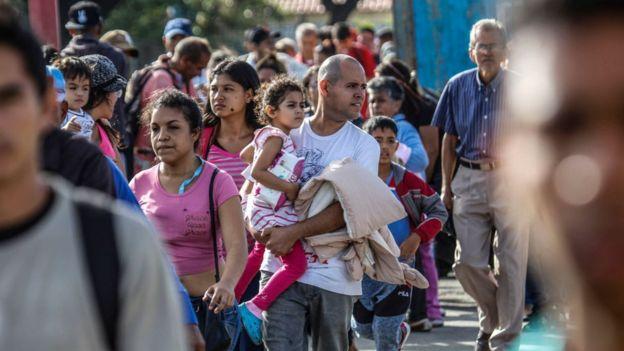 Migrantes en San Antonio del Táchira cruzando hacia Colombia.