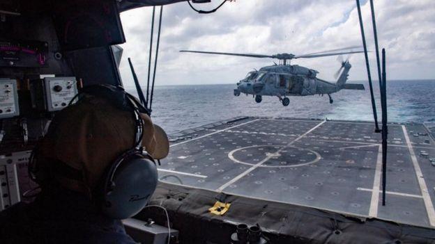 Một chiếc trực thăng MH-60S cất cánh từ chiến hạm USS Monthomery khi đang tuần tra trên Biển Đông