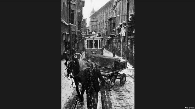 """""""Ne zaman Güler'in İstanbul resimlerine baksam, yazı masama koşup bu şehir hakkında yazı yazmak istiyorum."""" (Orhan Pamuk)"""