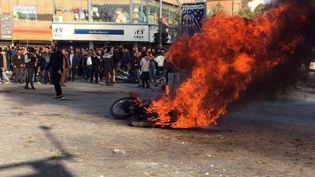 عکسی از اعتراضات در روز شنبه ۱۶ نوامبر در اصفهان