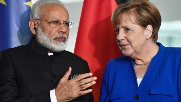 Canciller alemana Angela Merkel junto al primer ministro de India Narendra Modi.
