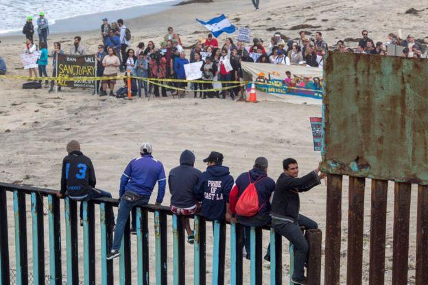 Pessoas na fronteira entre o México e os Estados Unidos