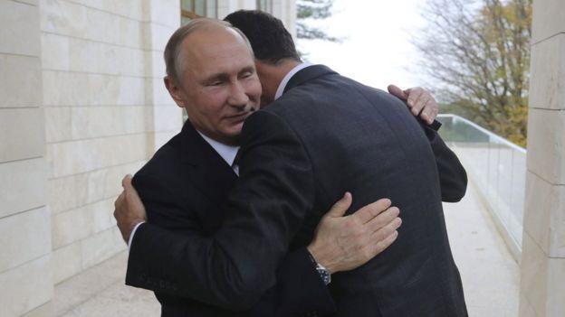 Putin ile Esad sarılıyor.