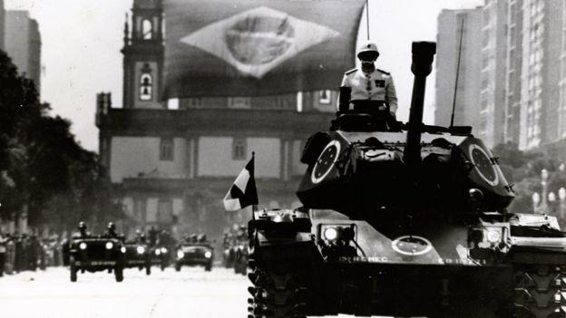 Militares em tanques na avenida Rio Branco