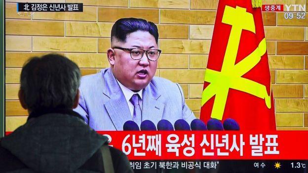 Un hombre ve un mensaje Kim Jong-un en televisión.