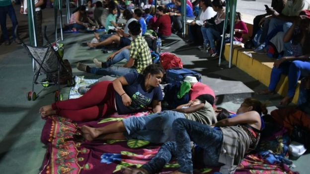 Inmigrantes centroamericanos en la plaza central de Tecún Umán
