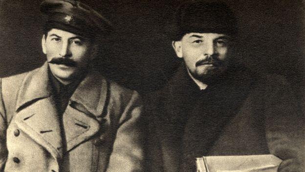 استالین (سمت چپ) و لنین (سمت راست)، رهبران انقلاب بلشویک روسیه، مسکو ۱۹۱۹