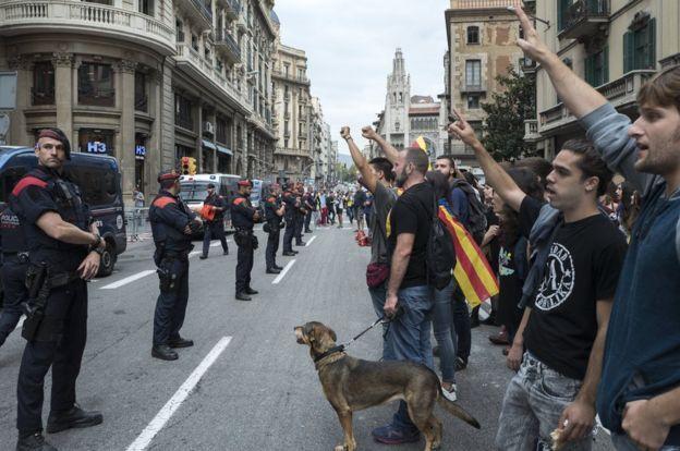 ผู้ประท้วงปิดถนนที่ด้านนอกสถานีตำรวจแห่งหนึ่งในนครบาร์เซโลนา