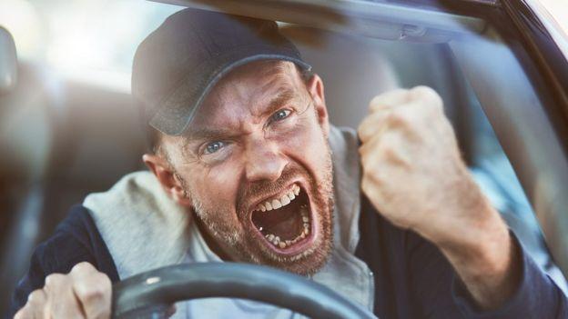Homem com raiva ao volante