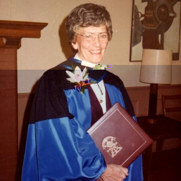 El Dr. Peters recibió un doctorado honorario de la Queen's University en 1983.