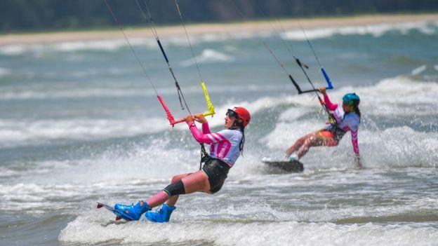 Deportistas en la clasificación al kiteboarding.