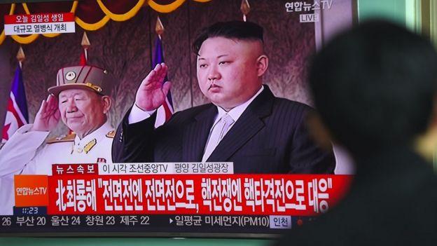Pyongyang'da 15 Nisan'da yapılan bir törenin televizyondan yayını