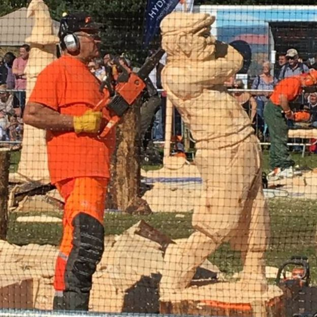 Dragon wows crowds at carrbridge chainsaw contest bbc news