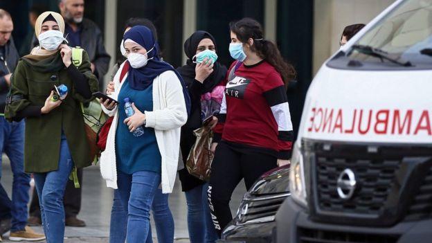 Personas en Beirut portando mascarillas