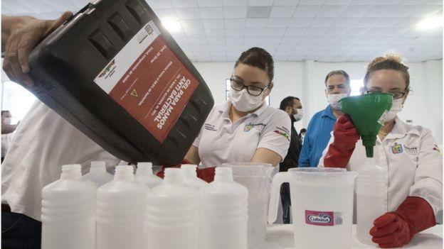 Voluntarios en México se preparan a distribuir gel antibacterial de forma gratuita en Guadalupe, Nuevo León.