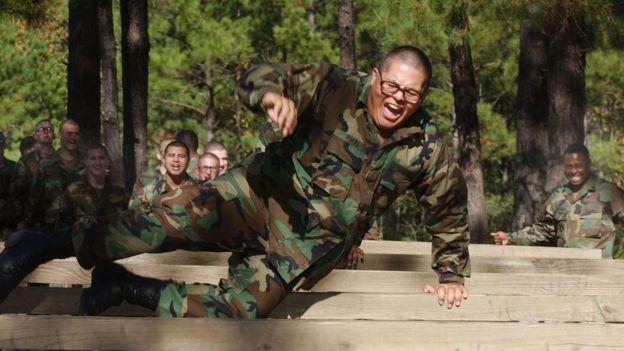 Soldat en entraînement de fitness dans une base américaine.