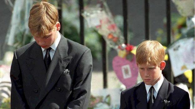 الأميران وليام وهاري خلال جنازة والدتهما الأميرة ديانا