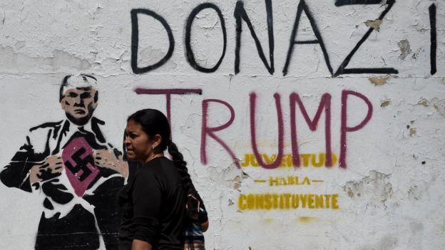 Caracas'taki bir duvar yazısında Trump, Nazi'ye benzetiliyor.