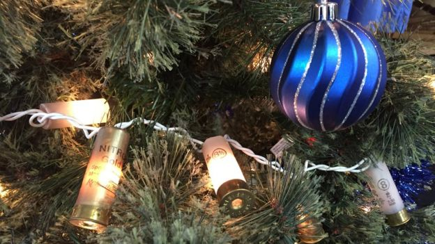 Luces de Navidad hechas con cartuchos usados.