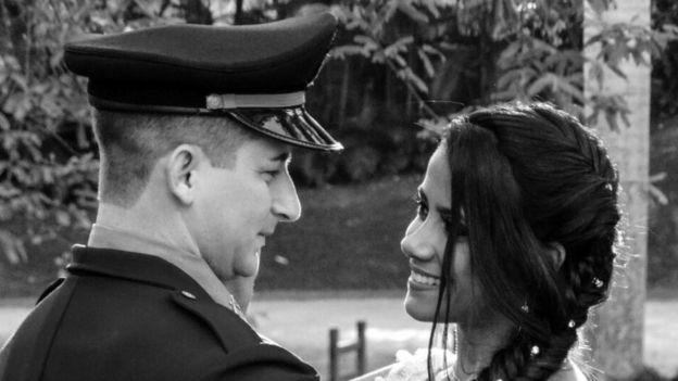 Fotografia em preto e branco do casamento de Raphael Cabral, antes de perder a perna - na imagem, ele aparece com a noiva