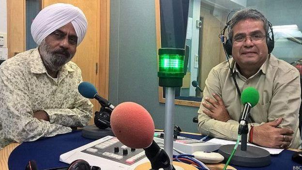 बीबीसी स्टूडियो में करतार सिंह के साथ रेहान फ़ज़ल.