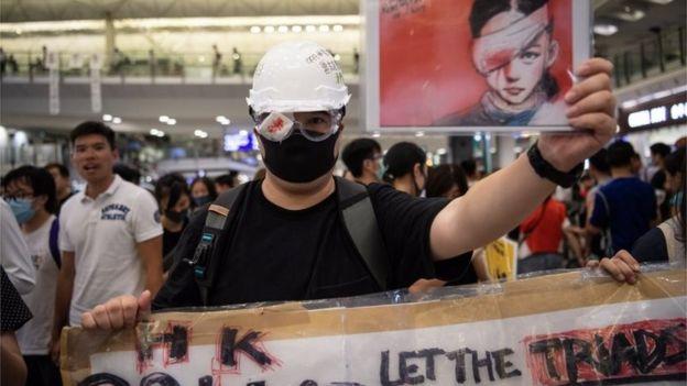 Manifestante protesta no aeroporto de Hong Kong