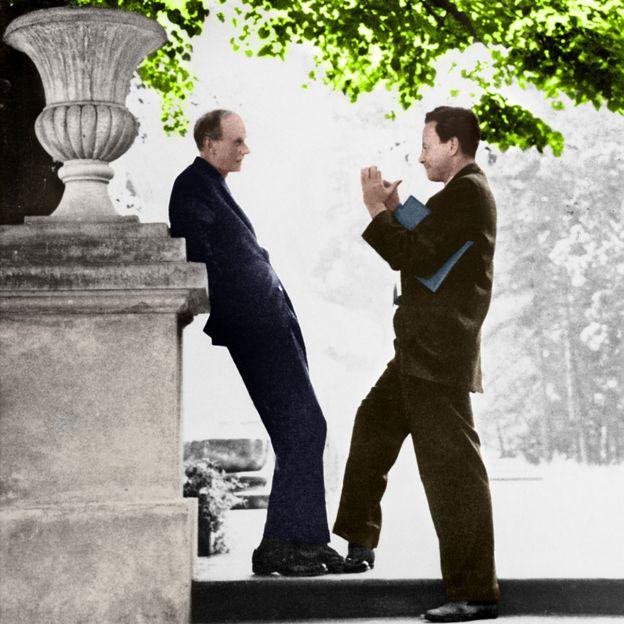 El físico teórico inglés Paul Dirac (izq.) conversando con su homólogo estadounidense Richard Feynman.