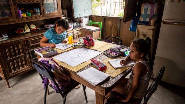 Niñas mexicana estudiando en casa