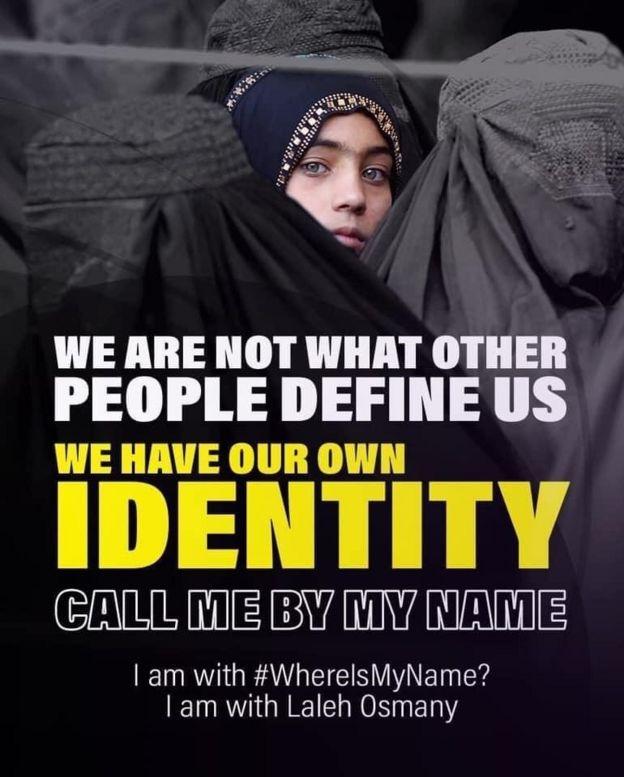 El afiche lee: No somos lo que otras personas nos definen. Tenemos nuestra propia identidad. Llámame por mi nombre. Yo estoy con WhereIsMyName? Estoy con Laleh Osmany (la mujer en la foto).