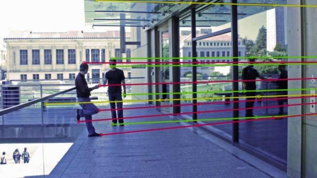 La misma foto, un líneas que indican puntos de luz y reflejo